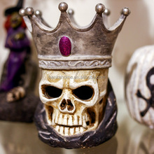 Factory Manufacture Resin Wholesale Halloween Skull With Crown