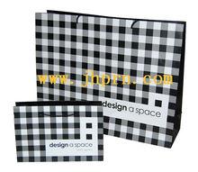 la costumbre de papel bolsas de ropa con diferente tamaño